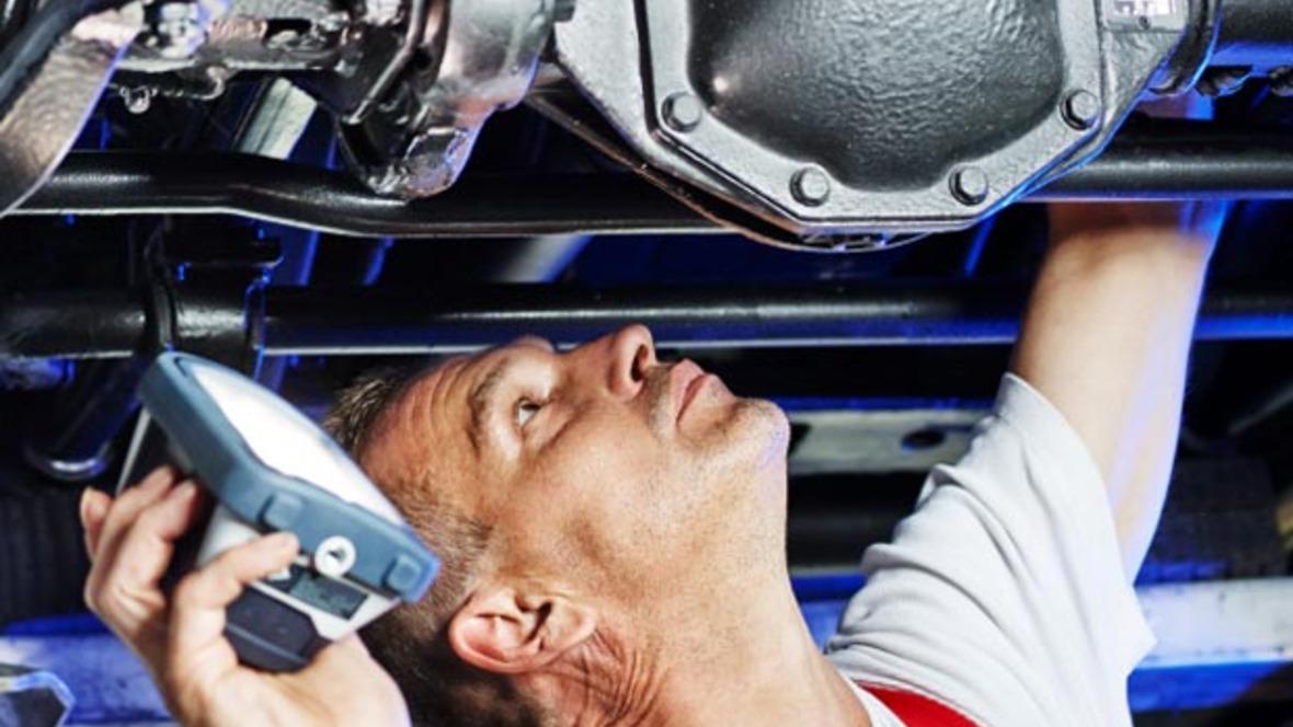 Reparatur Sichtprüfung Werkstatt Mechatroniker Motor Hebebühne Lampe Service