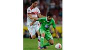 Wolfsburgs Ricardo Rodriguez (l.) und Stuttgarts Martin Harnik kämpfen um den Ball.