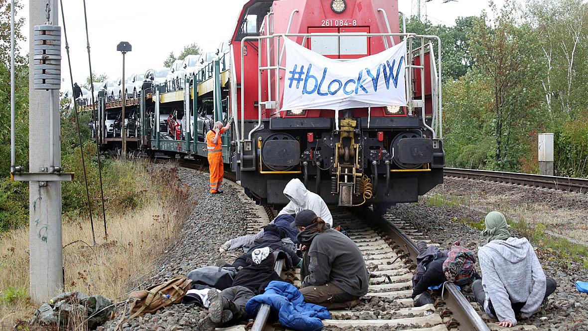 Umweltaktivisten Blockade VW-Autozug