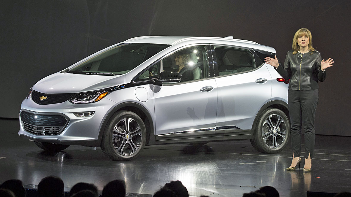 Mary Barra mit Chevrolet Bolt EV