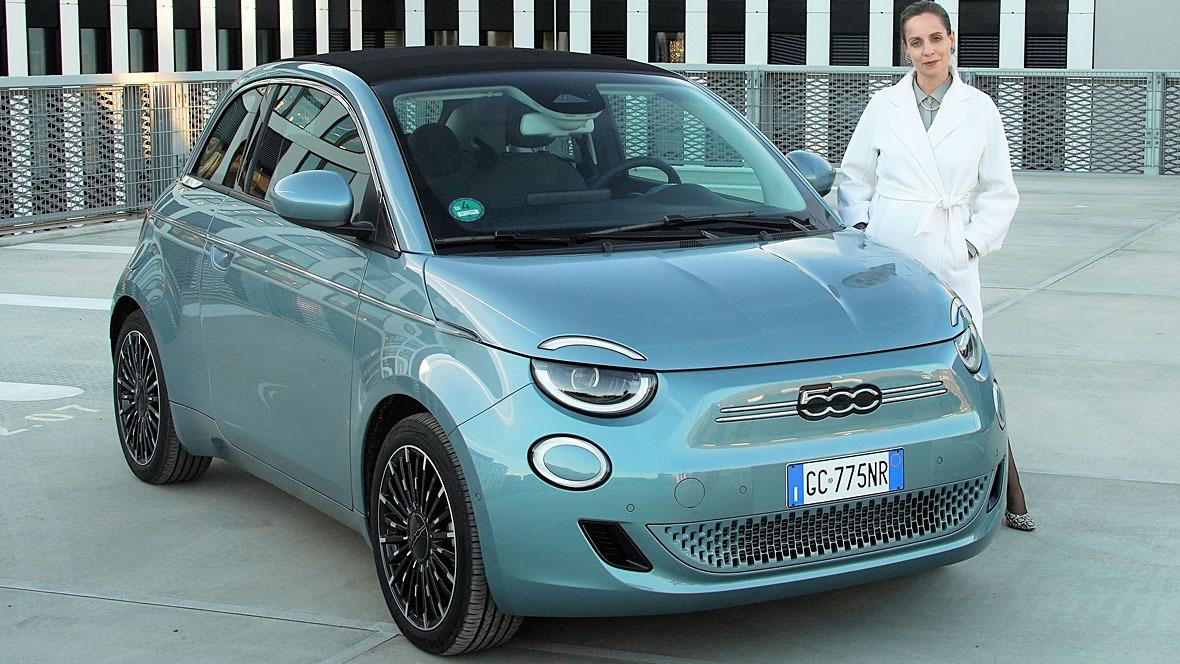 Maria Grazia Divino neben Fiat 500e
