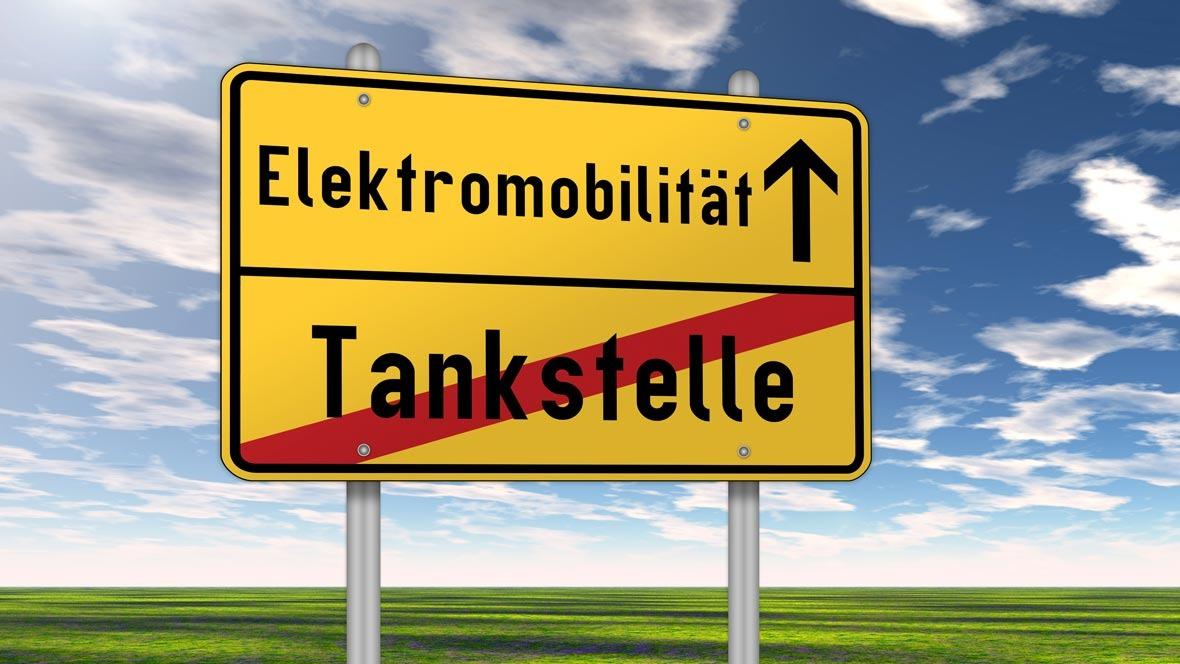 Elektromobilität Schild Tankstelle fossile Energie Euphorie Boom regenerative Energie