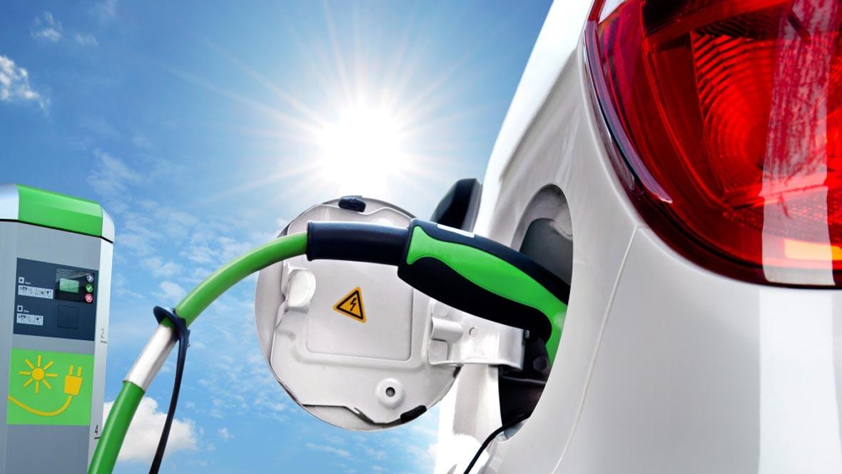 Elektromobilität Betankung Stecker Kabel Sonne erneuerbare Energien