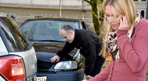 Frau telefoniert nach Unfall